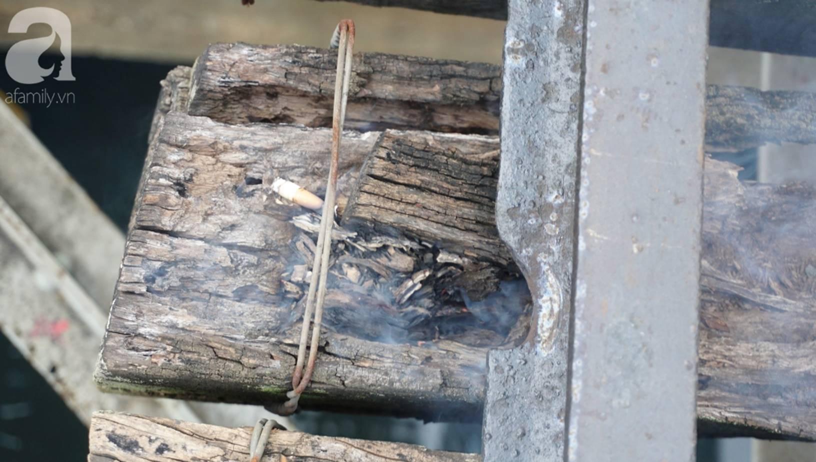 Hà Nội: Vứt tàn thuốc gây cháy dầm gỗ cầu Long Biên, nhóm nam thanh nữ tú vẫn vô tư chụp ảnh sống ảo trên đường ray-8