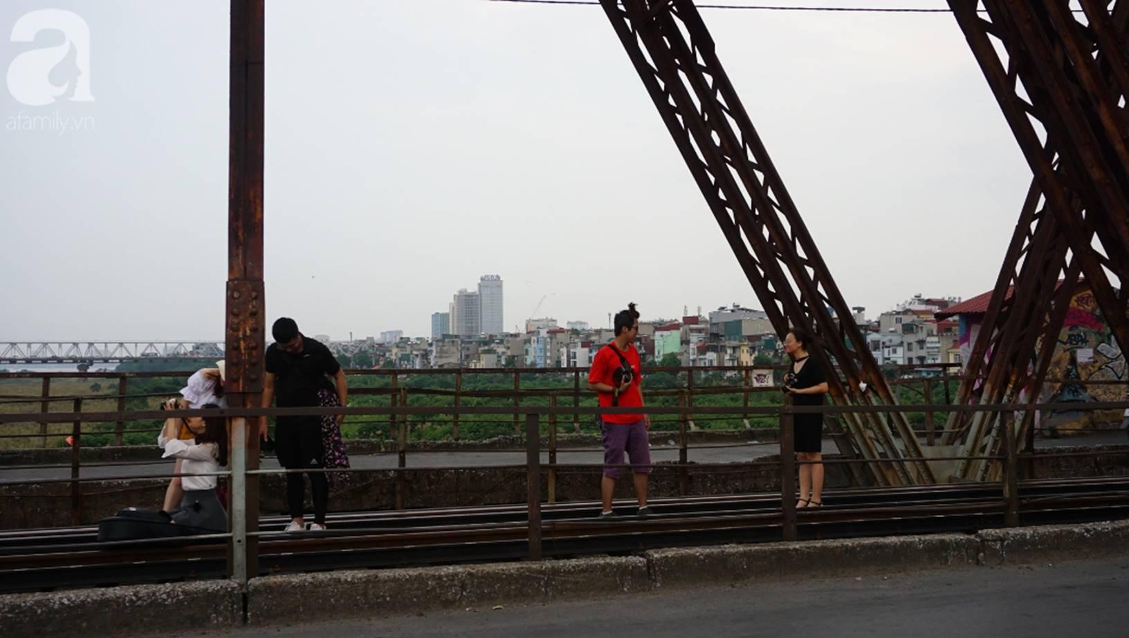 Hà Nội: Vứt tàn thuốc gây cháy dầm gỗ cầu Long Biên, nhóm nam thanh nữ tú vẫn vô tư chụp ảnh sống ảo trên đường ray-9