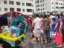 Cư dân HH Linh Đàm xếp hàng nhận từng xô nước sạch, mòn mỏi chờ đợi kết quả xét nghiệm khi nước có mùi lạ