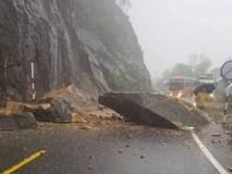Đá rơi ầm ầm xuống đường, quốc lộ 27C từ Nha Trang đi Đà Lạt ùn tắc nghiêm trọng