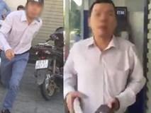 Gã đàn ông đánh tới tấp người phụ nữ tại cây ATM rồi hỏi