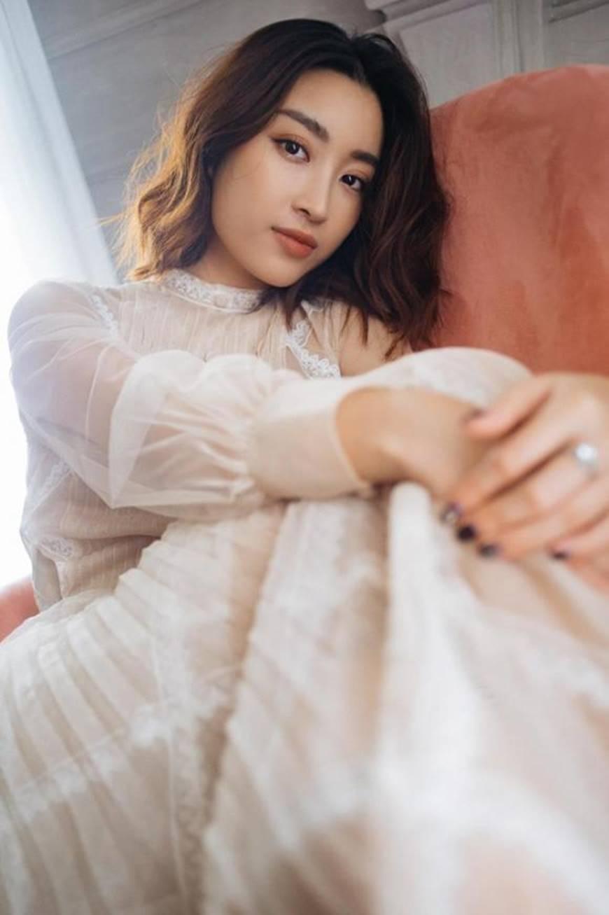 Hoa hậu Mỹ Linh mừng tuổi mới bằng bộ ảnh sương sương, mắt đen môi trầm dịu ngọt-3