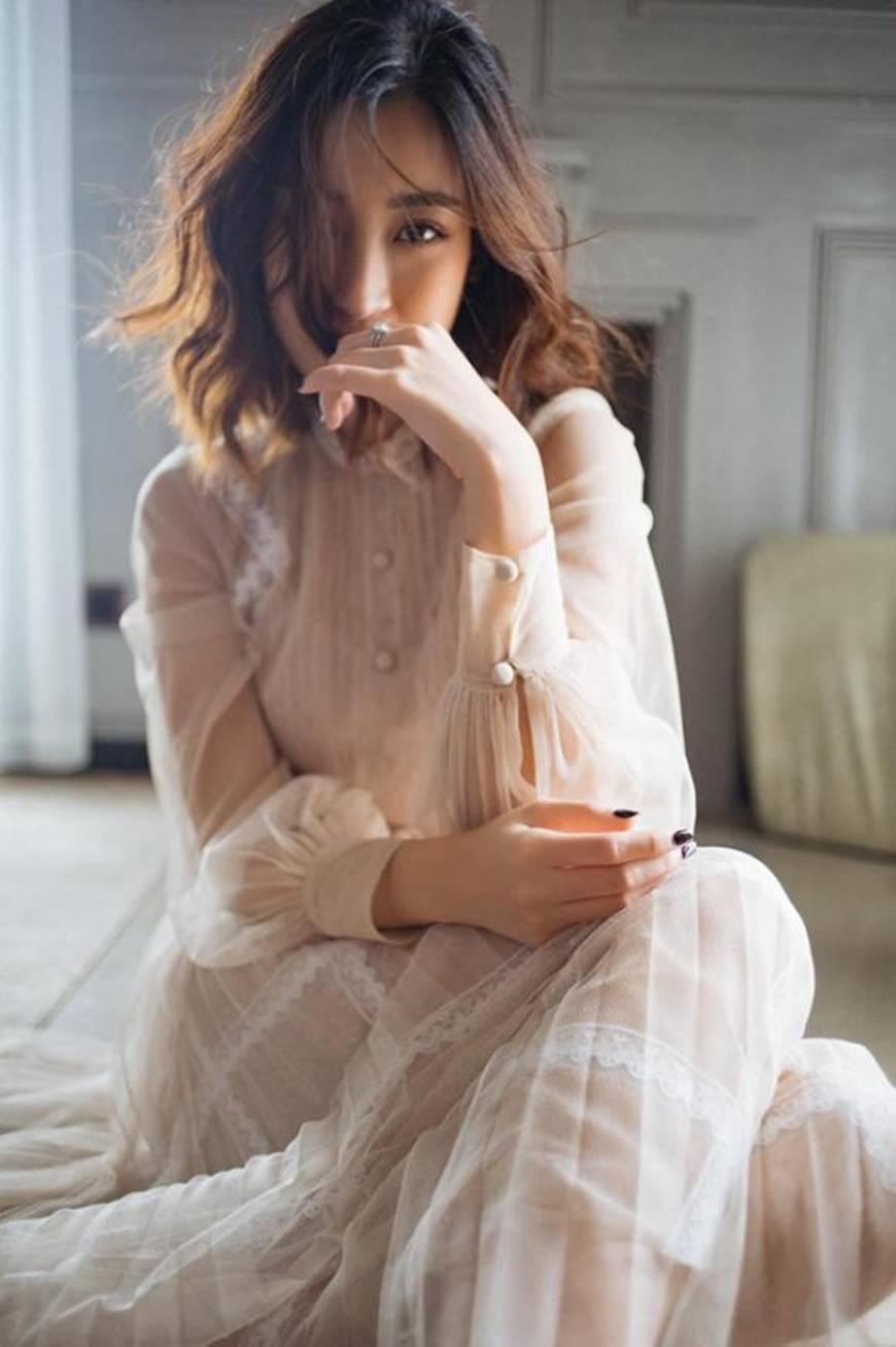 Hoa hậu Mỹ Linh mừng tuổi mới bằng bộ ảnh sương sương, mắt đen môi trầm dịu ngọt-5