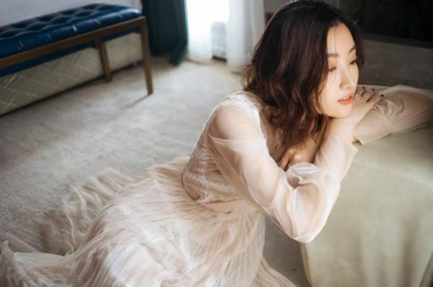 Hoa hậu Mỹ Linh mừng tuổi mới bằng bộ ảnh sương sương, mắt đen môi trầm dịu ngọt-6