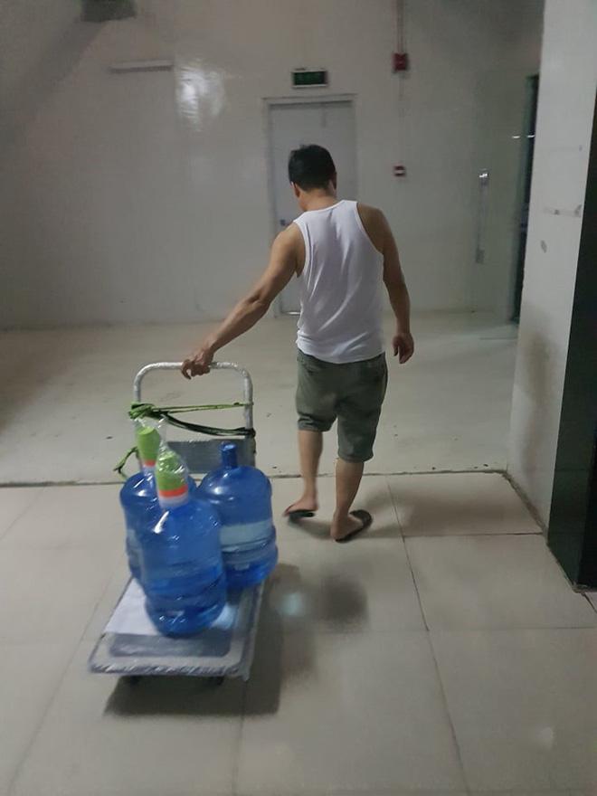 Nước máy bốc mùi ở Hà Nội: Dân sợ độc, đổ xô mua nước bình-1