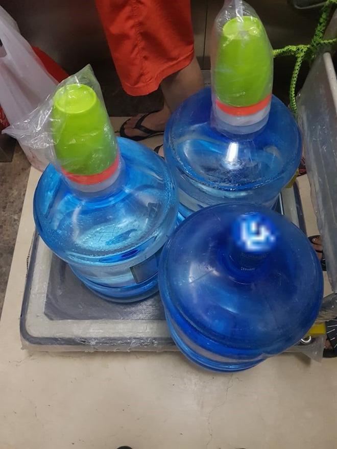 Nước máy bốc mùi ở Hà Nội: Dân sợ độc, đổ xô mua nước bình-2