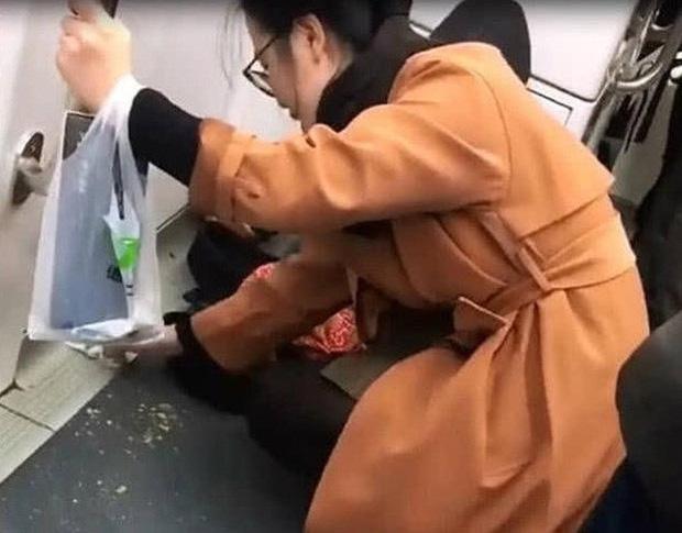 Con ăn bánh mì bị rơi vụn ra sàn tàu điện ngầm, cách bà mẹ xử lý khiến nhiều người phải trầm trồ khen ngợi-1