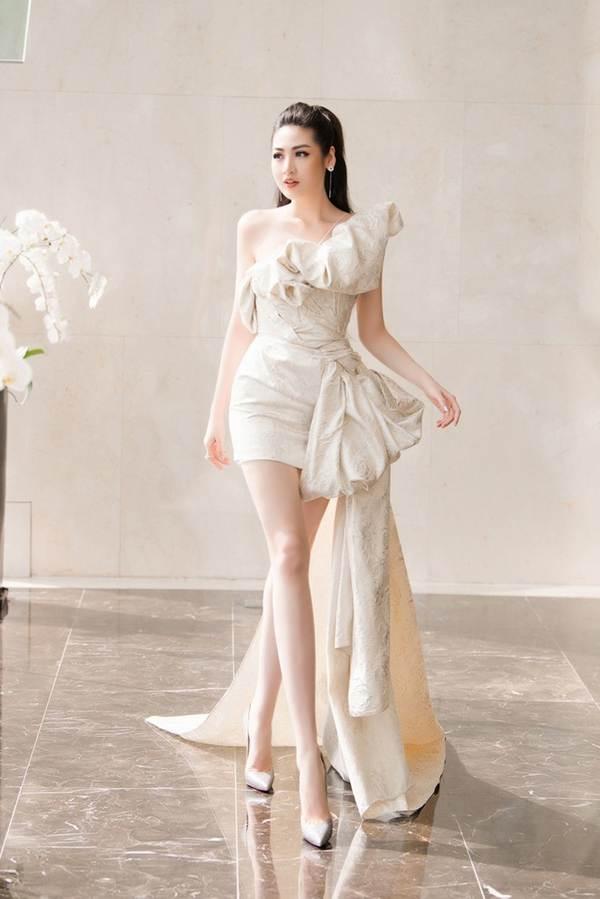 Á hậu Tú Anh khoe chân dài gợi cảm với bộ váy thiết kế lạ mắt-1