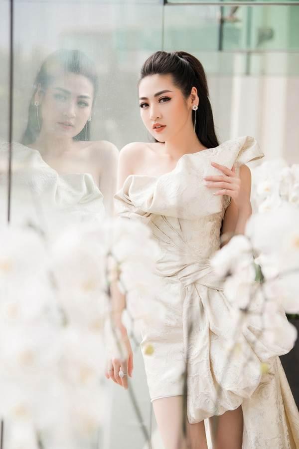 Á hậu Tú Anh khoe chân dài gợi cảm với bộ váy thiết kế lạ mắt-2