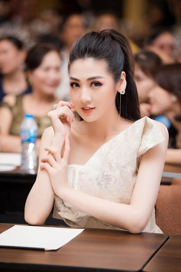 Á hậu Tú Anh khoe chân dài gợi cảm với bộ váy thiết kế lạ mắt-5