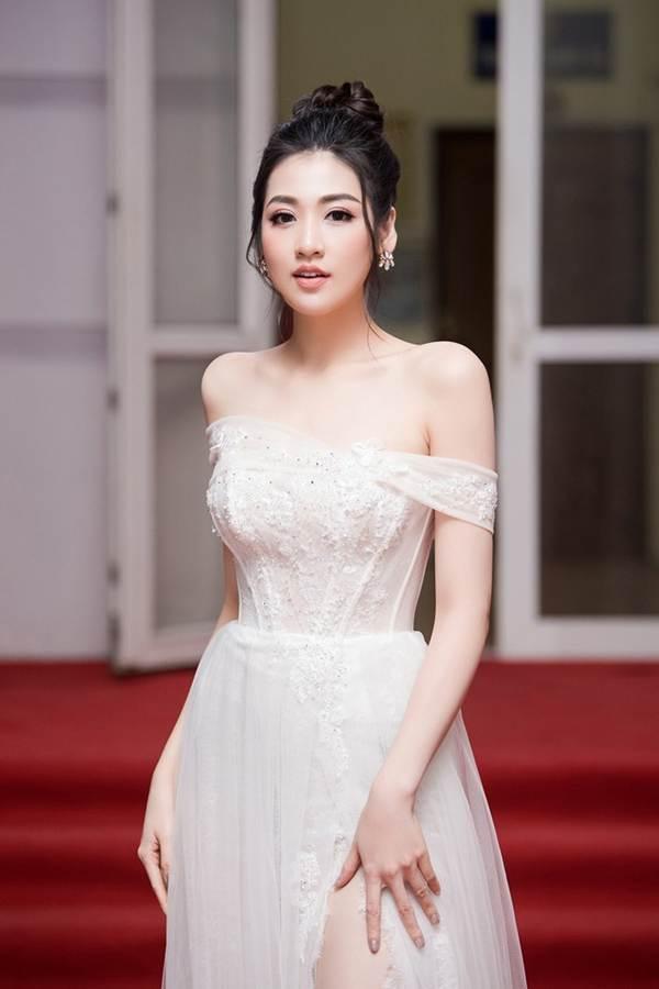 Á hậu Tú Anh khoe chân dài gợi cảm với bộ váy thiết kế lạ mắt-8