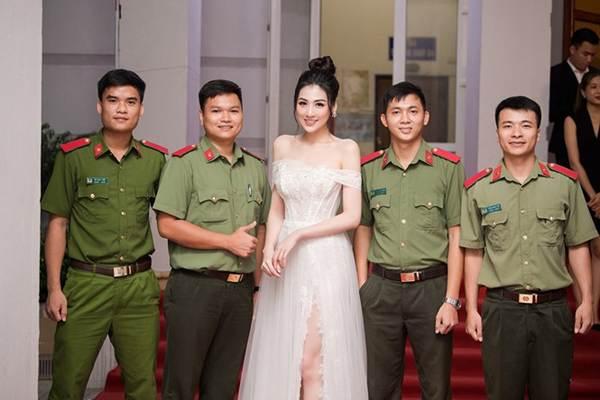Á hậu Tú Anh khoe chân dài gợi cảm với bộ váy thiết kế lạ mắt-9