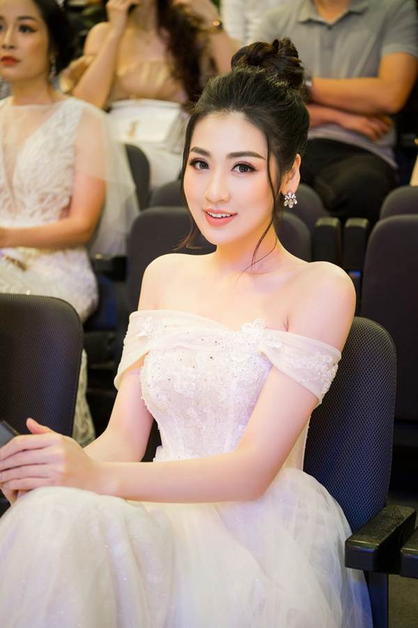 Á hậu Tú Anh khoe chân dài gợi cảm với bộ váy thiết kế lạ mắt-12