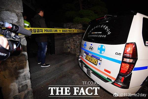 Cập nhật: Kết thúc cuộc điều tra nhà riêng, thi thể Sulli được chuyển bằng xe cứu thương tới bệnh viện-1