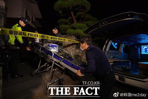 Cập nhật: Kết thúc cuộc điều tra nhà riêng, thi thể Sulli được chuyển bằng xe cứu thương tới bệnh viện-2