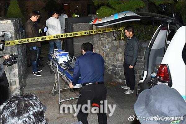 Cập nhật: Kết thúc cuộc điều tra nhà riêng, thi thể Sulli được chuyển bằng xe cứu thương tới bệnh viện-3