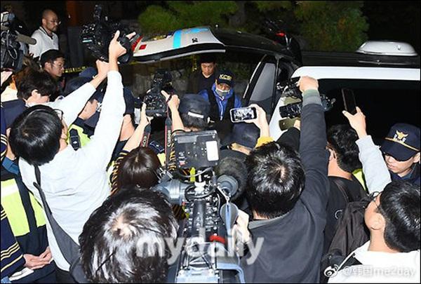 Cập nhật: Kết thúc cuộc điều tra nhà riêng, thi thể Sulli được chuyển bằng xe cứu thương tới bệnh viện-6