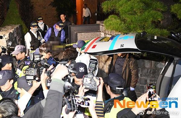 Cập nhật: Kết thúc cuộc điều tra nhà riêng, thi thể Sulli được chuyển bằng xe cứu thương tới bệnh viện-7