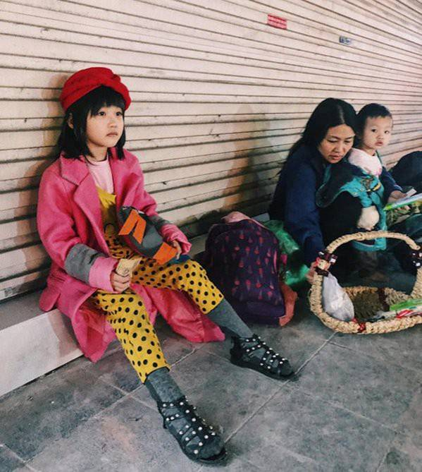 Sau bức ảnh nằm co ro ngoài vỉa hè Hà Nội, bé gái từng gây bão MXH với cách phối đồ cũ cực chất đã có người giúp đỡ-1