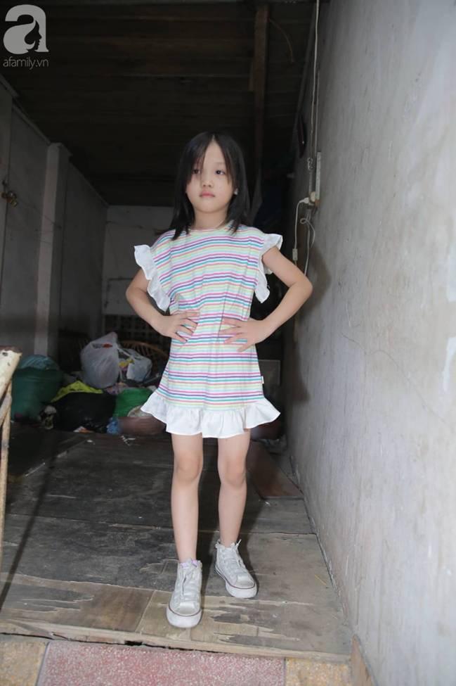 Sau bức ảnh nằm co ro ngoài vỉa hè Hà Nội, bé gái từng gây bão MXH với cách phối đồ cũ cực chất đã có người giúp đỡ-8