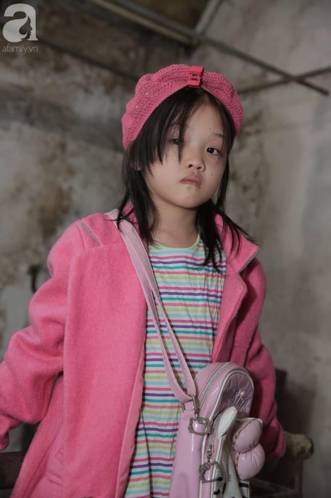 Sau bức ảnh nằm co ro ngoài vỉa hè Hà Nội, bé gái từng gây bão MXH với cách phối đồ cũ cực chất đã có người giúp đỡ-10