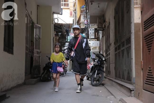 Sau bức ảnh nằm co ro ngoài vỉa hè Hà Nội, bé gái từng gây bão MXH với cách phối đồ cũ cực chất đã có người giúp đỡ-14