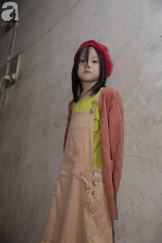 Sau bức ảnh nằm co ro ngoài vỉa hè Hà Nội, bé gái từng gây bão MXH với cách phối đồ cũ cực chất đã có người giúp đỡ-15