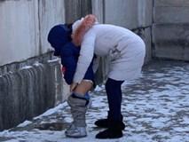 Bé 4 tuổi tè vào bức tượng ở khu di tích, nhân viên trách mắng nhưng phản ứng của người bà mới khiến ai nấy xôn xao