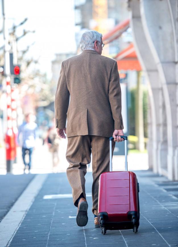 Định giúp đỡ ông cụ lách luật, người bán vé bất ngờ bị hỏi 1 câu khiến anh lập tức đổi ý-1