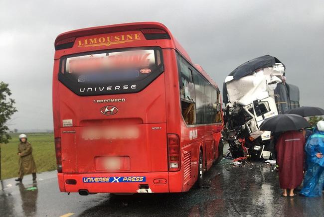 Nghệ An: Kinh hoàng xe khách đối đầu xe tải khiến hàng chục người thương vong, la hét cầu cứu-1