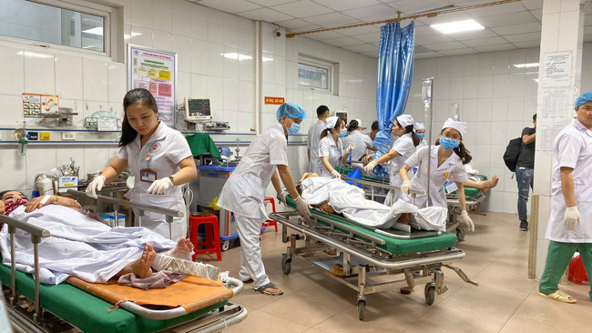 Nghệ An: Kinh hoàng xe khách đối đầu xe tải khiến hàng chục người thương vong, la hét cầu cứu-2