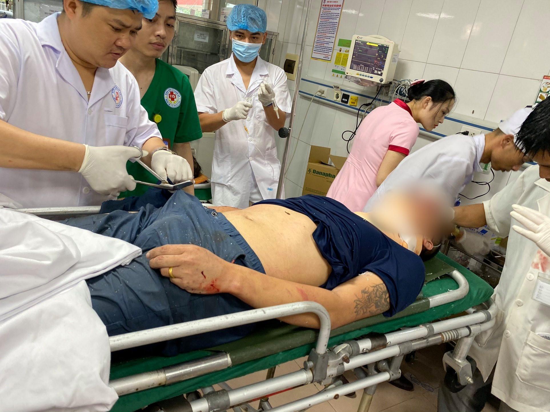 Nghệ An: Kinh hoàng xe khách đối đầu xe tải khiến hàng chục người thương vong, la hét cầu cứu-3