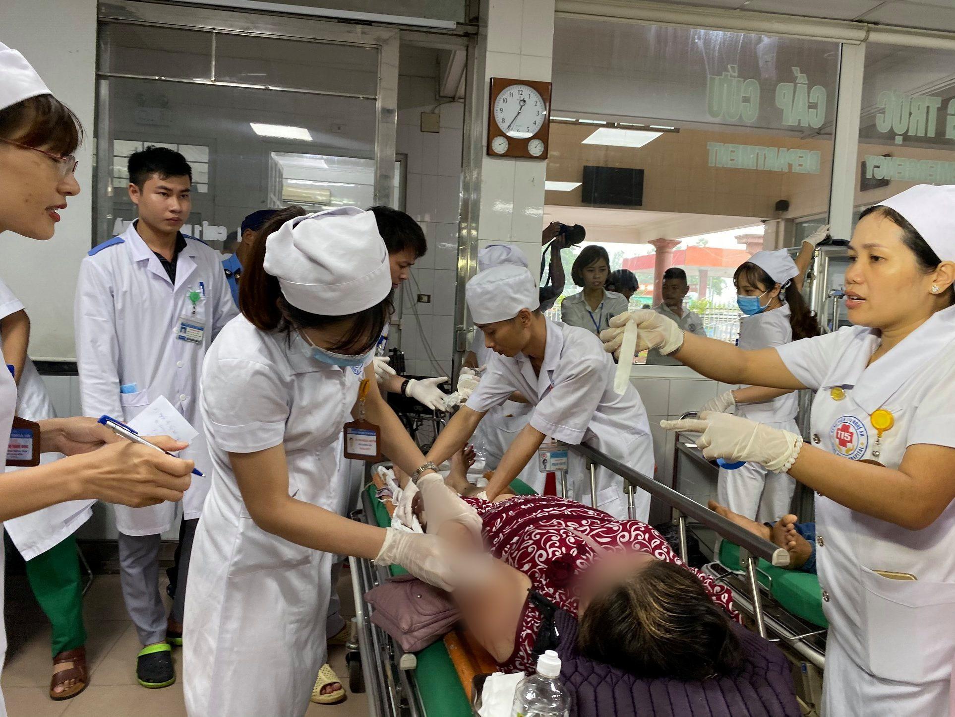 Nghệ An: Kinh hoàng xe khách đối đầu xe tải khiến hàng chục người thương vong, la hét cầu cứu-4