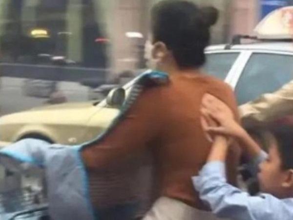 Mẹ chở con trai đi trên đường, hành động của đứa trẻ phía sau gây chú ý và được dân mạng khen ngợi hết lời-2