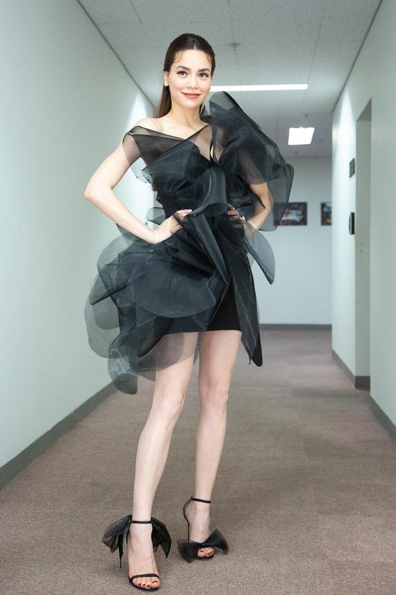 SAO MẶC XẤU: Hồ Ngọc Hà rườm rà - Minh Tú, Yến Trang diện váy xẻ quá hông gây nhức nhối-5