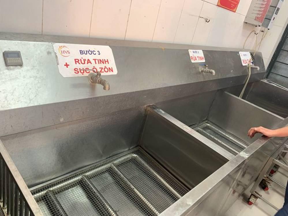 Lo nguồn nước bẩn, trường học dùng nước bình nấu ăn cho học sinh-1