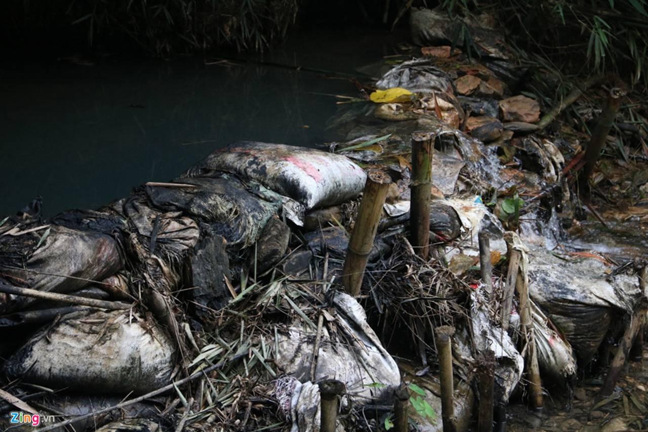 Dòng suối gần nhà máy nước sông Đà vẫn đen kịt sau 1 tuần bị đổ dầu-4