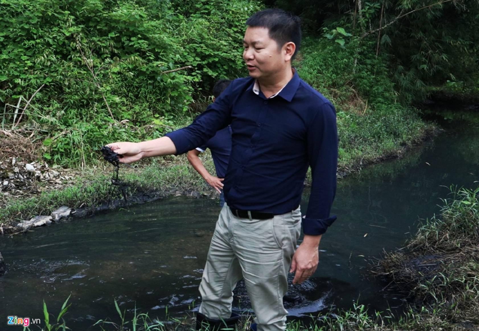 Dòng suối gần nhà máy nước sông Đà vẫn đen kịt sau 1 tuần bị đổ dầu-8