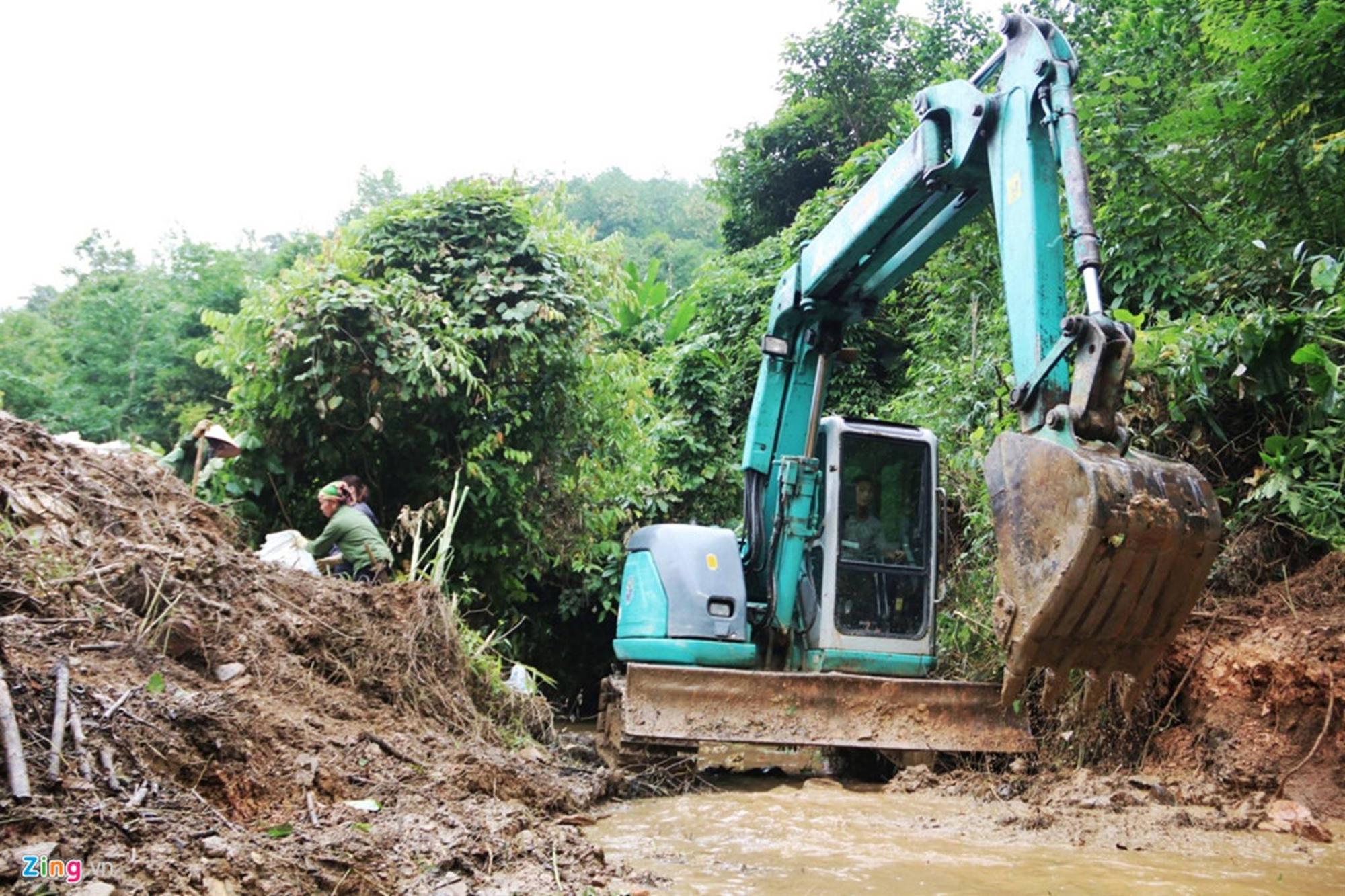 Dòng suối gần nhà máy nước sông Đà vẫn đen kịt sau 1 tuần bị đổ dầu-9