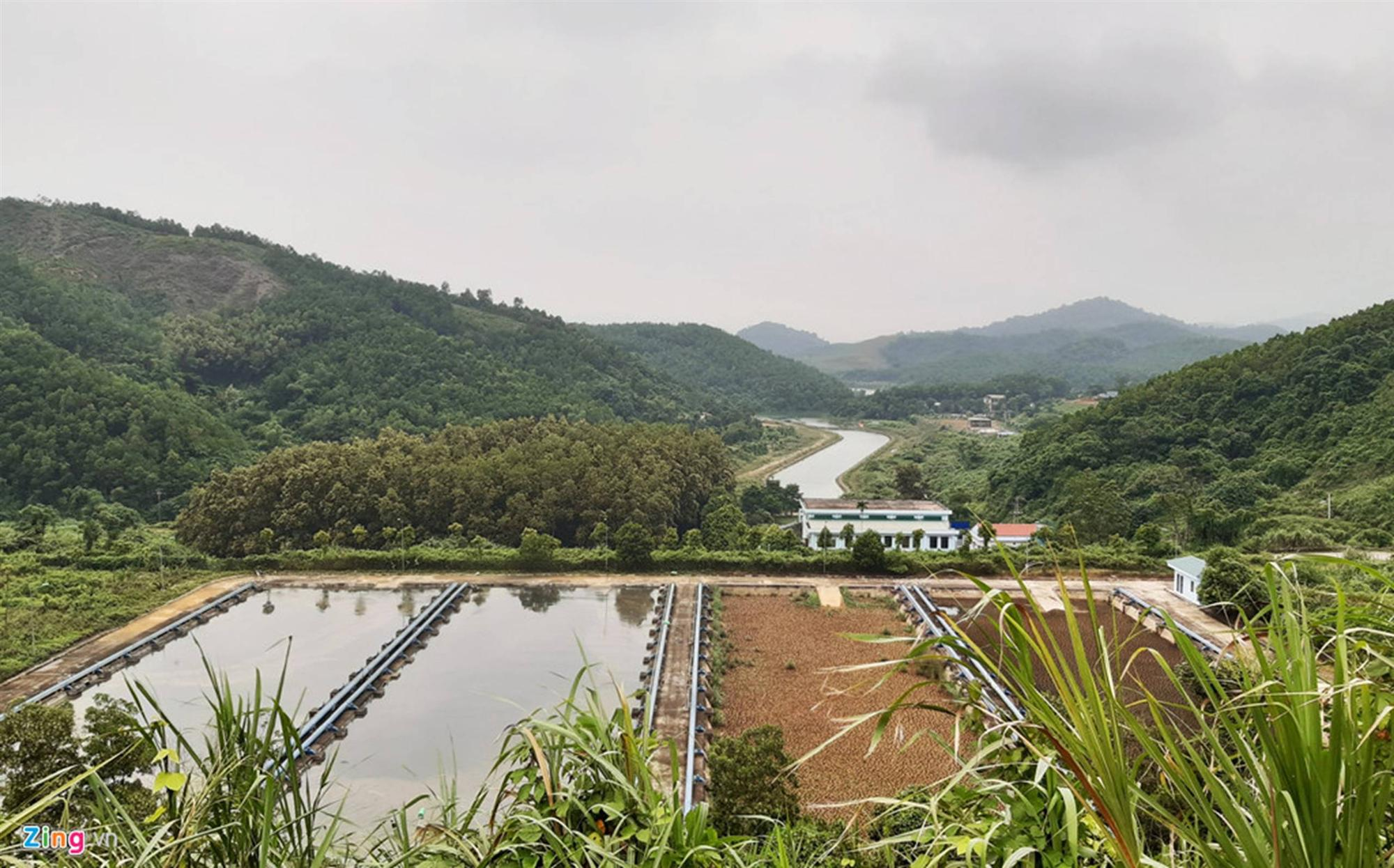 Dòng suối gần nhà máy nước sông Đà vẫn đen kịt sau 1 tuần bị đổ dầu-11