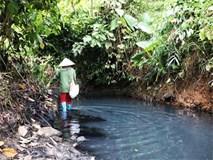 Dòng suối gần nhà máy nước sông Đà vẫn đen kịt sau 1 tuần bị đổ dầu