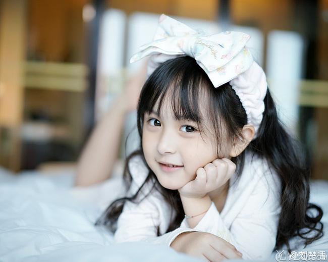 Cho con gái mặc đồ đắt tiền đi học, cô bé thật xinh đẹp và nổi bật nhưng người mẹ vẫn nức nở khi nhìn thấy cảnh tượng này-1
