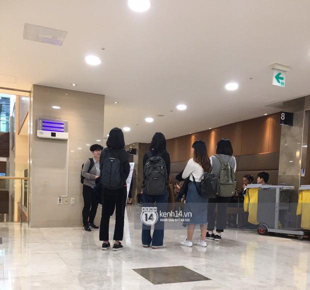 Tang lễ Sulli từ Hàn: Fan khiếm thị một mình đến sớm chờ, Yoo Ah In tiết lộ nghệ sĩ Hàn đã đến viếng từ rạng sáng-9