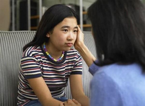 Mẹ ơi! Thay băng vệ sinh ở trường xấu hổ lắm: Con gái học lớp 5 gặp sự cố, mẹ nói thế nào để trấn an tâm lý?-2