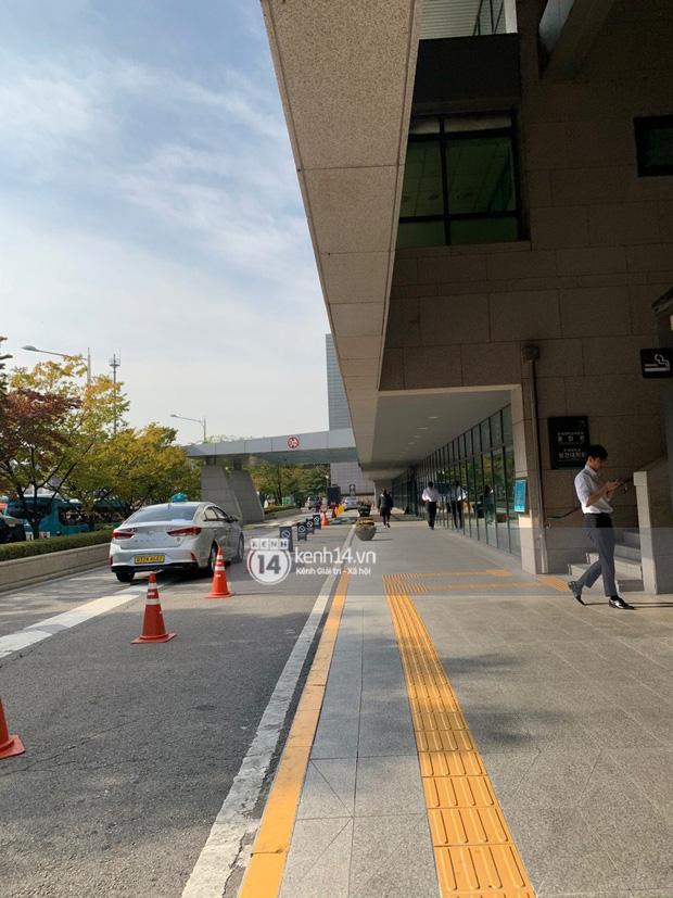 Tang lễ Sulli từ Hàn: Fan khiếm thị một mình đến sớm chờ, Yoo Ah In tiết lộ nghệ sĩ Hàn đã đến viếng từ rạng sáng-20