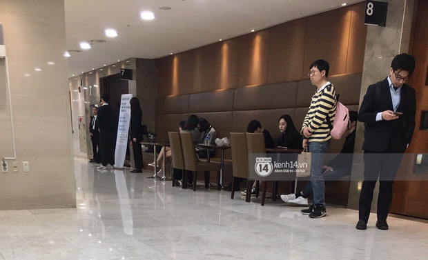 Tang lễ Sulli từ Hàn: Fan khiếm thị một mình đến sớm chờ, Yoo Ah In tiết lộ nghệ sĩ Hàn đã đến viếng từ rạng sáng-8