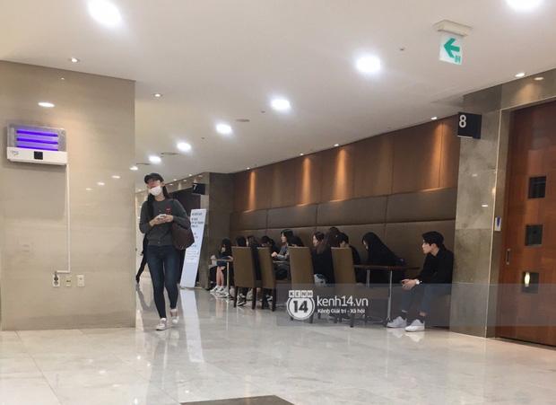 Tang lễ Sulli từ Hàn: Fan khiếm thị một mình đến sớm chờ, Yoo Ah In tiết lộ nghệ sĩ Hàn đã đến viếng từ rạng sáng-6