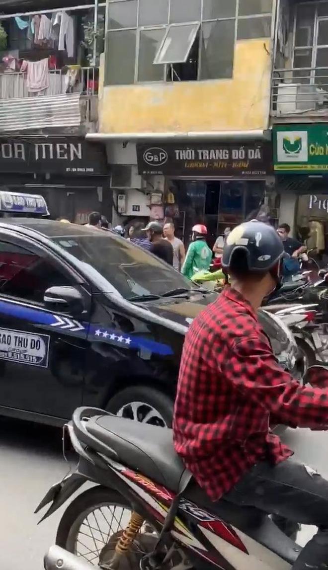 Clip: 2 người phụ nữ lao vào đấm đá và giật tóc nhau giữa đường phố Hà Nội mặc kệ nhiều người can ngăn-1