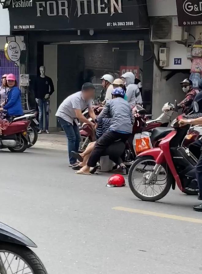 Clip: 2 người phụ nữ lao vào đấm đá và giật tóc nhau giữa đường phố Hà Nội mặc kệ nhiều người can ngăn-2