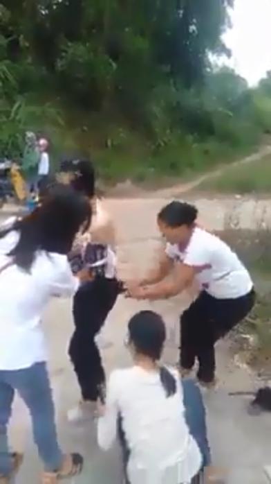 Xôn xao cảnh người phụ nữ bị nhóm người đánh ghen, cắt tóc, lột sạch đồ ngay giữa đường-2
